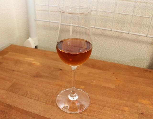 リーデルのコニャックグラス、ヴィノムに注がれたラム酒